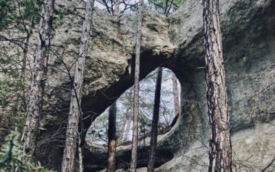 Дырявый грот в скале Чуплак-Сырт в Крыму